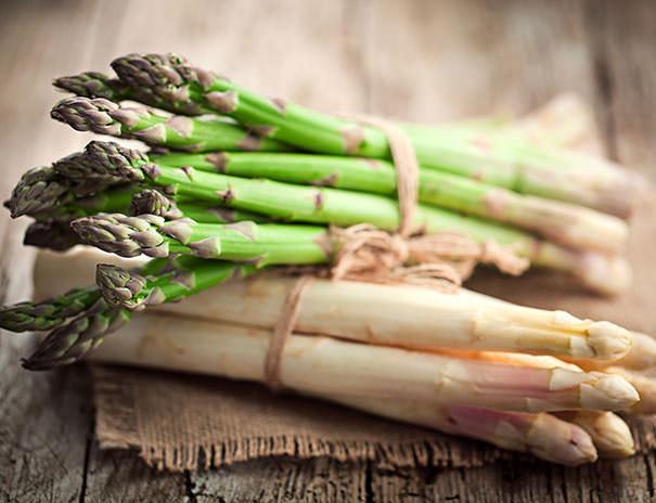 Frisch vom Feld – grüner und weißer Spargel