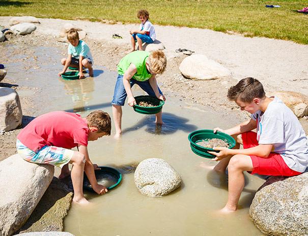 Der Wasserspielplatz lädt zum Abkühlen und Spielen ein