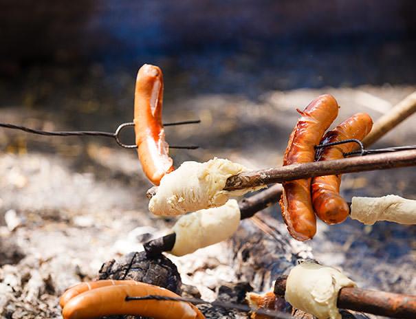 Stockbrote und Würstchen grillen über'm Lagerfeuer