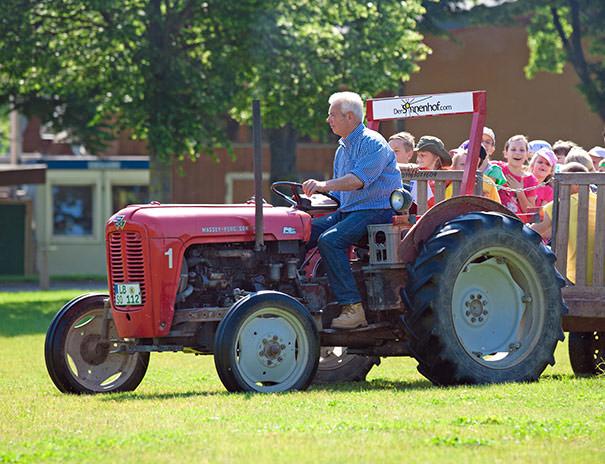 Wilde Traktorfahrt über die Felder